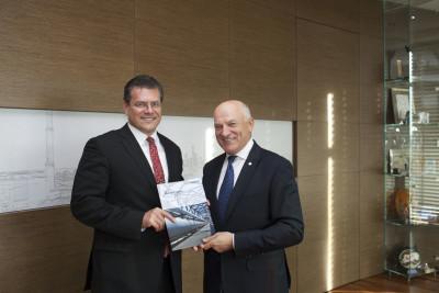 Maroš Šefčovič i Paweł Olechnowicz trzymają raport nt. Korytarza Północ-Południe(1)