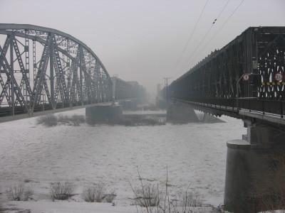Zamarznięta Wisła pod mostami