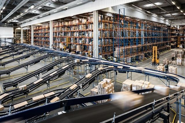 2. CD LPP_ obszar przyjęcia dostaw. Na drugim planie regały paletowe, wysokiego składowania ( 12 m. wysokości)